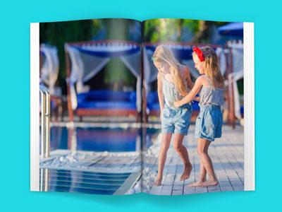 Zdjęcie na całą stronę wygląda świetnie ale na dwie strony jeszcze lepiej. W niektórych naszych projektach system automatycznie ułoży bardzo szerokie zdjęcie tak aby zajmowało obie sąsiadujące strony. Jedyne co musisz zrobić to wgrać do edytora odpowiednio szerokie zdjęcie, tak aby zajęło dwie sąsiadujące strony.