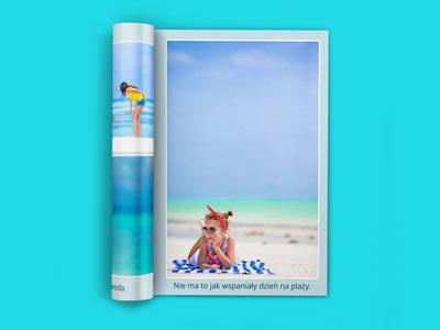 Na każdej stronie możesz umieścić własny tekst. Zwykle jest on umieszczony na dole pod zdjęciami lub obok zdjęć (zależnie od wybranego projektu). Miejsce na stronie jest dzielone między tekst i zdjęcia. Jeśli tekstu będzie więcej zdjęcia będą odpowiednio mniejsze.