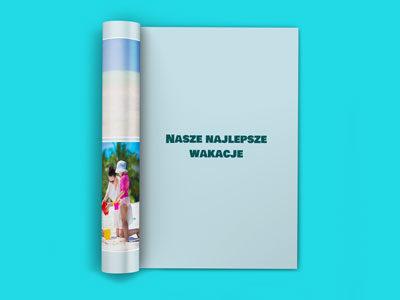Jeśli na stronę nie wstawisz żadnego zdjęcia a jedynie jedną linijkę tekstu, edytor ułoży ten tekst na środku kartki. Będzie on napisany grubszą i większą czcionką. W ten sposób można tworzyć strony oddzielające części książki lub tytuły rozdziałów.
