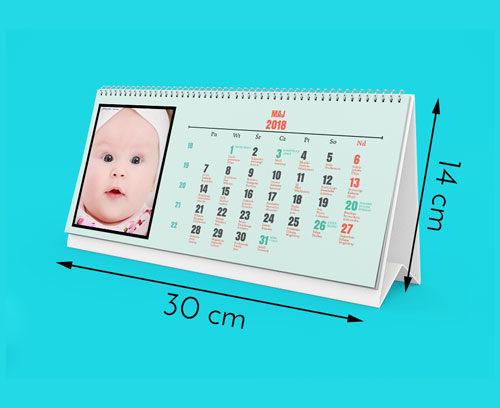 Nasze kalendarze są wydrukowane na najwyższej jakości papierze satynowanym 160g. Kalendarz ma rozmiar 300 na 140mm. Otrzymujesz 12 stron miesięcy plus okładkę (6   1 dwustronnie zadrukowanych kartek). Kalendarz posiada metalową sprężynkę i podstawkę z białego kartonu.