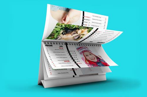 W każdym z 53 tygodni kalendarza możesz umieścić swoje własne zdjęcie. Dopasuj zdjęcie do miesiąca, pory roku lub wydarzenia z życia Twojej rodziny.