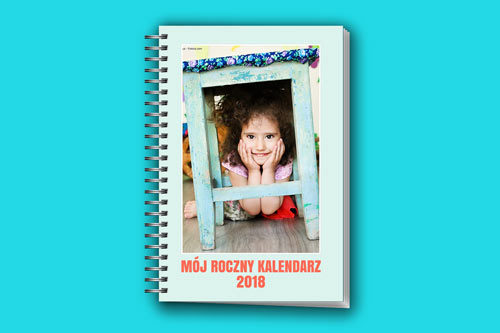 Możemy zaprojektować własną okładkę, wybrać kolor i dodać własny tytuł. Okładka może zawierać  wybrane zdjęcie, 12 zdjęć z poszczególnych miesięcy lub sam tytuł.