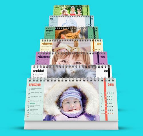 Masz do wyboru bardzo wiele projektów kalendarzy pasujących na różne okazje. W wielu innych firmach jeśli wybierzesz projekt i chcesz go potem zmienić to musisz zacząć edycję od początku. U nas tak nie jest. Jeśli wgrasz zdjęcia i wpiszesz święta to możesz sprawdzić jak Twój kalendarz będzie wyglądał w różnych wersjach.