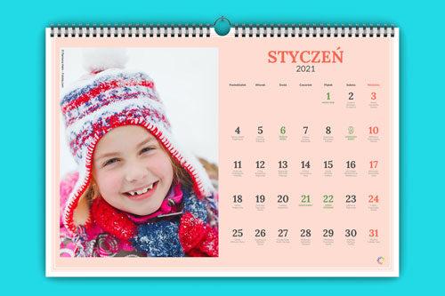 W każdym z 12 miesięcy możesz umieścić swoje własne zdjęcia. Dopasuj zdjęcie do miesiąca, pory roku lub wydarzenia z życia Twojej rodziny.